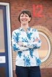 Geschäftsfrau Standing Outside Office Stockfoto