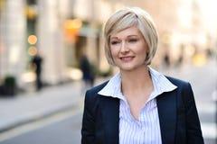 Geschäftsfrau Standing In Street Lizenzfreies Stockfoto