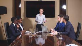 Geschäftsfrau-Stands To Address-Sitzung um Brett-Tabelle stock footage