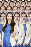 Geschäftsfrau steht heraus in einer Menge Lizenzfreie Stockfotografie
