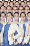 Geschäftsfrau steht heraus in einer Menge Stockbilder