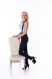 Geschäftsfrau steht nahe einem Stuhl Lizenzfreie Stockfotografie