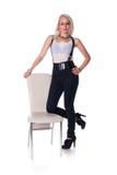 Geschäftsfrau steht nahe einem Stuhl Lizenzfreie Stockfotos