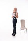 Geschäftsfrau steht nahe einem Stuhl Stockfoto