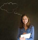 Frau mit Kreide-Wolkenschreiben des Gedankens denkendem auf Notizblock Stockbilder