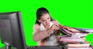 Geschäftsfrau sucht Datei zwischen den Dokumenten stock video