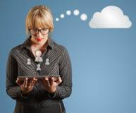 Geschäftsfrau, Tablette, Social Media iconts und Gedanke sprudeln Lizenzfreies Stockfoto