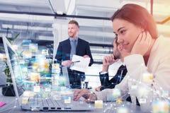 Geschäftsfrau teilt on-line-Dokument mit einem schnellen Internetanschluss stockbild