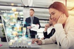 Geschäftsfrau teilt on-line-Dokument mit einem schnellen Internetanschluss stockfotografie