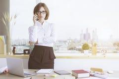 Geschäftsfrau am Telefon im Büro Stockfoto