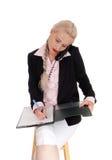 Geschäftsfrau am Telefon mit Ordner Stockbilder
