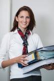 Geschäftsfrau trägt Dateien Lizenzfreie Stockfotografie