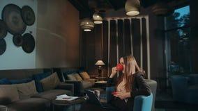 Geschäftsfrau trinkt Kaffee in der Hotellounge Geschäftsfrau trinkt Teetasse stock video