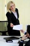 Geschäftsfrau tritt ihren Job zurück Stockfoto