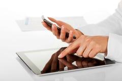 Geschäftsfrau und digitale Tablette. Lizenzfreie Stockfotografie