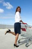 Geschäftsfrau und Einkaufenlaufkatze Lizenzfreie Stockbilder
