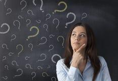 Geschäftsfrau und Fragezeichen auf Tafel Lizenzfreies Stockbild