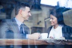 Geschäftsfrau und Geschäftsmann, die Kaffeepause haben Stockfoto