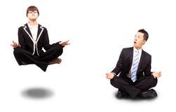 Geschäftsfrau und Geschäftsmann im Yoga lizenzfreies stockfoto