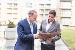 Geschäftsfrau und Geschäftsmann machen ein Abkommen im Freien Lizenzfreies Stockfoto