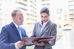 Geschäftsfrau und Geschäftsmann machen ein Abkommen im Freien Stockfotografie