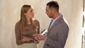 Geschäftsfrau und Geschäftsmann mit Tabletten-PC stock footage