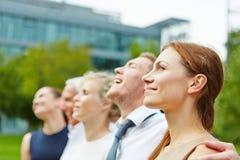 Geschäftsfrau und Geschäftsteam draußen Lizenzfreie Stockbilder