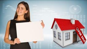 Geschäftsfrau und Haus mit Aufkleber für den Verkauf Stockfotografie