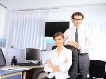 Geschäftsfrau und ihr Kollege, die im Büro arbeiten Stockfoto