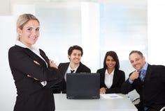 Geschäftsfrau und ihr Team Stockfoto
