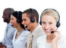 Geschäftsfrau und ihr Team in einem Kundenkontaktcenter Stockbild
