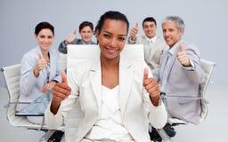 Geschäftsfrau und ihr Team mit den Daumen oben Stockfotografie