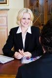 Geschäftsfrau und Klient lizenzfreie stockfotografie
