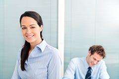 Geschäftsfrau und Kollege stockfotografie