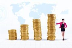 Geschäftsfrau- und Münzendiagramm Lizenzfreie Stockbilder