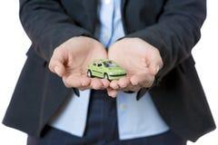 Geschäftsfrau und Miniaturauto Lizenzfreie Stockfotos