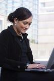 Geschäftsfrau und Notizbuch lizenzfreie stockfotos