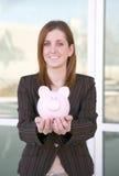 Geschäftsfrau und Querneigung (Fokus auf piggy Querneigung) Stockfotografie