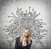 Geschäftsfrau und Zeichnungsmikrochip Lizenzfreies Stockfoto