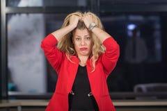 Geschäftsfrau unter Druck lizenzfreie stockfotos