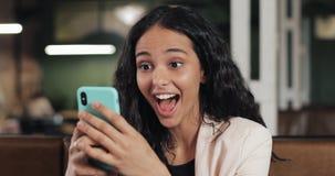 Geschäftsfrau unter Verwendung des App auf dem Smartphone, der im modernen Büro sitzt Schöner zufälliger weiblicher Fachmann in d lizenzfreie stockfotos