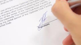 Geschäftsfrau unterzeichnet einen Vertrag, Geschäft stock video