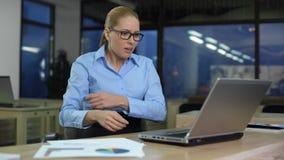 Geschäftsfrau unzufrieden gemacht mit Daten bezüglich des Laptops, niedriges Firmeneinkommen, schlechte Nachrichten stock footage