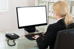 Geschäftsfrau-Using Computer At-Schreibtisch stockbilder