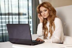 Geschäftsfrau Using Laptop While, das auf Bett liegt Stockfotos