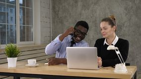 Geschäftsfrau-Using Laptop And-Geschäftsmann-Making Call Team-Arbeit stock footage