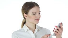 Geschäftsfrau Using Smartphone, weißer Hintergrund stock video footage