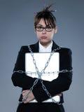 Geschäftsfrau verkettete an sie ihren Computerlaptop Lizenzfreies Stockfoto