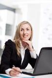 Geschäftsfrau verloren im Gedanken Stockfoto