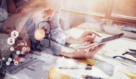 Geschäftsfrau-verschiedenes Geistesblitz-Sitzungs-Konzept-Büro Mädchen-Arbeitsgerät-Gerät-Holz-Tabelle Globale Anschlüsse Stockfotografie
